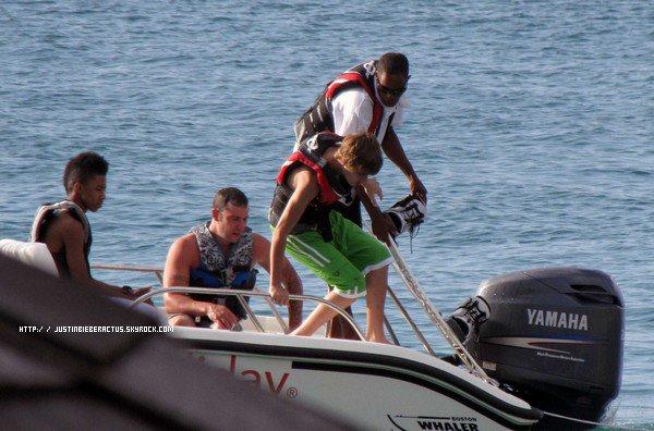 . Candids. . Le 14 Avril dernier, Justin était à plage St Lucia pour y faire du ski nautique. On peut également remarquer que Lil Twist était présent et également Jeremy Bieber, son père. Je trouve les photos splendides ! Et vous ? . Article rédigé et posté par Manon. ( Photos de JustinWorld.net )