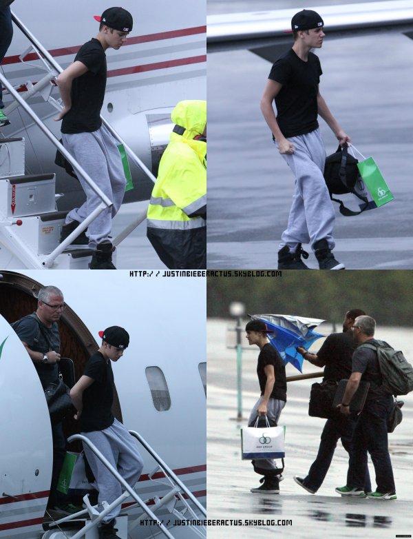 Justin en Australie  Justin, est arrivé en plein millieu de la nuit du 25/04/11 en Australie.Voici, quelques photos de son arrivé à Brisbane. Justin, s'est plain de son dos,on le voit a plusieurs reprise la main sur le dos.