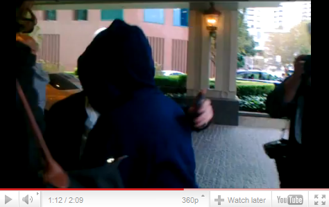 Justin arrive dans son hôtel a Melbourne  Voici une vidéo del'arrivéede Justin à sonhôtel, àMelbourneoù desfansl'attendaient déjà.  Article rédigé par JustinWorld.net et posté par Kenza.