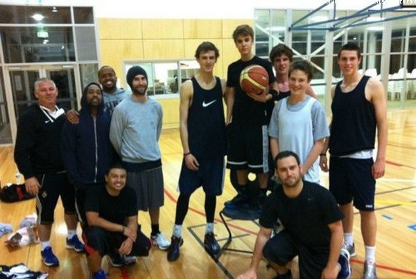 .  Date Inconnue. Justin joue au basket. .  Posté par Manon.