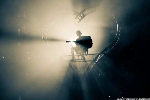 .  8 Mai. Justin poste une nouvelle photo Facebook, pendant le MWT avec le message « Never Say Never » .  Posté par Manon.