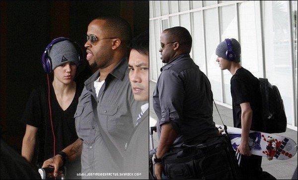 .  Candids. Justin à l'aéroport, Philippines. .  Posté par Manon.