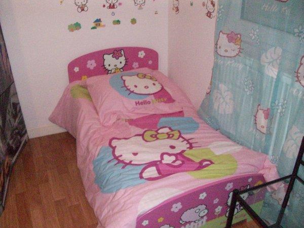 cecilia avec son nouveau lit hello kitty