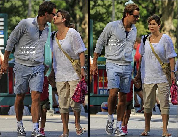 29/08/2012 : Roger en famille dans les rues de New York. C'est la première fois que le couple s'embrasse en public.
