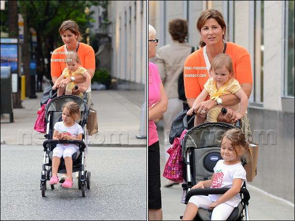 25/08/2012 : Mirka Federer et ses jumelles ont été aperçues aux rues de New York
