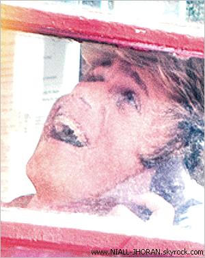 """30/08 : Photos de Niall posté sur le twitter de Liam avant l'apparition de la pochette de l'album avec ce commentaire : ''Voici en avant première (la photo) du seul Irlandais.... Boucles d'Or''. + La photo originale entière et l'album ''Take Me Home"""". Pour ma part, la pochette de l'album est juste magnifique, ils sont superbement beau. Hâte d'écouter les nouvelles chansons qu'ils nous ont concocter! Alors vous aimez la pochette de leur nouvel album ? - Qu'en pensez-vous ? :-)"""
