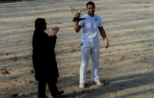 Après le dernier taureau et la décision du jury, Véronique Duhamel, membre du club taurin Lou Saquetoun a remis le trophée, à  Yannick Perez