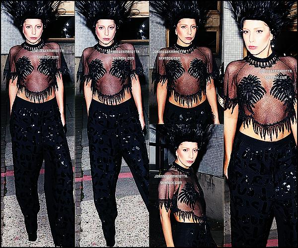 29/10/2013 • Gaga arrivant aux studios ITV à Londres pour l'émission « Graham Norton Show ». +C'est le 8 novembre prochain que l'émission sera diffusée sur la BBC One (US)! Elle y accordera une interview et une performance.