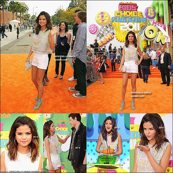 """2 avril 2011  -  Selena aux « Kids Choice Awards »  Tu aimes sa tenue ?Selena n'a gagné qu'un seule prix celui dans la catégorie de """" Favorite TV Actress """""""