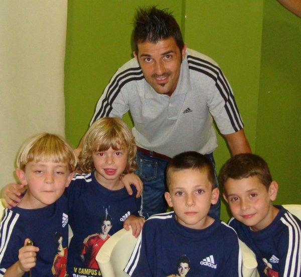 El 11 de julio de 2012: David Villa visita a los niños de su campo de fútbol.