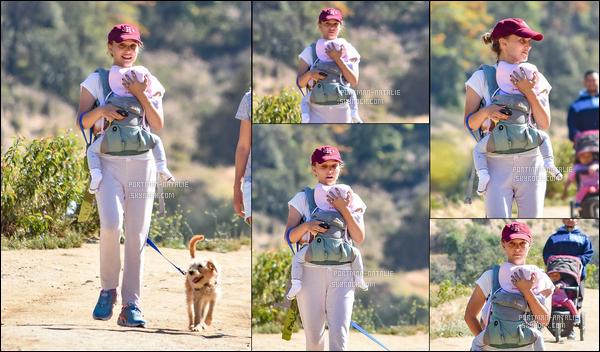 04.05.2018 : Natalie Portman, souriante et avec sa fille Amalia dans les bras se sont promenée à Los Feliz