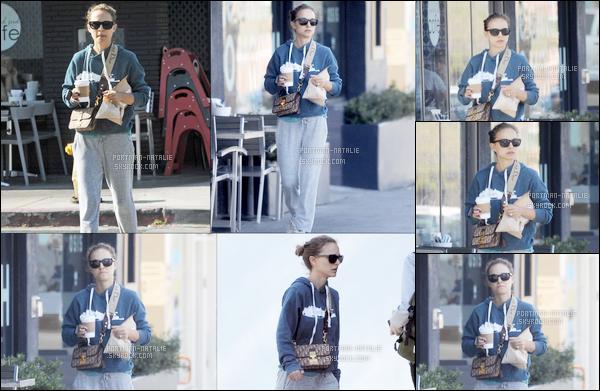 09.05.2018 : Natalie Portman a été aperçue , avec un café à la main dans la ville de  Los Angeles
