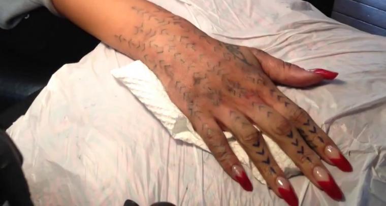 Le 8 octobre 2013   Rihanna se fait tatouer le Moko sur la main droite