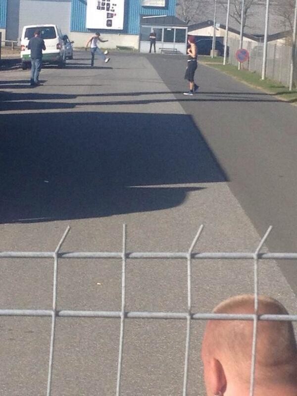 Louis & Harry jouant au foot, maintenant