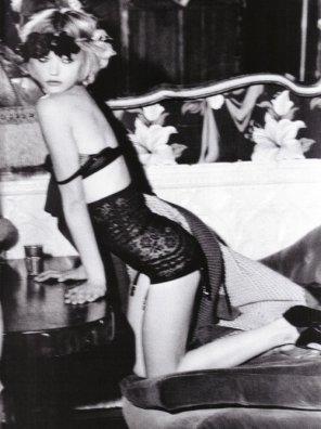 . . Elle s'était assise sur ses rêves.   . . Delphine de Malherbe Blog préféré ?x