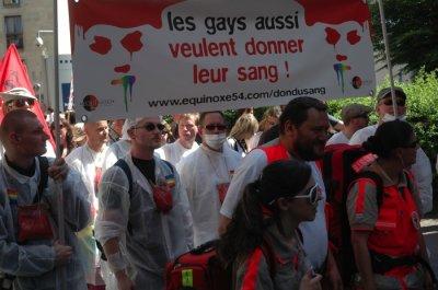 Don du sang : les gays, les bisexuels et les trans peuvent sauver des vies, mais à l'étranger !