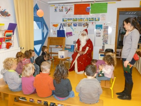 CORAY : Le Père-Noël en visite ce matin à l'école.(1)