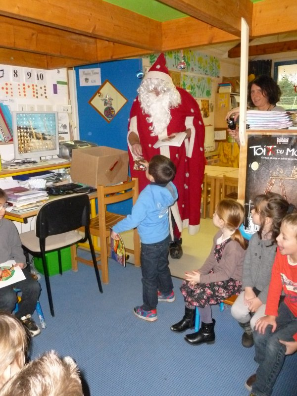 CORAY  : Le Père-Noël en tournée à l'école (2)