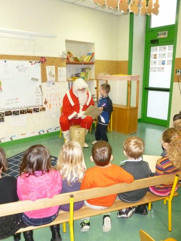 Leuhan : passage du Père-Noël à l'école.