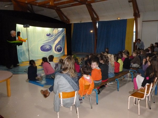 CORAY : Spectacle à l'école.