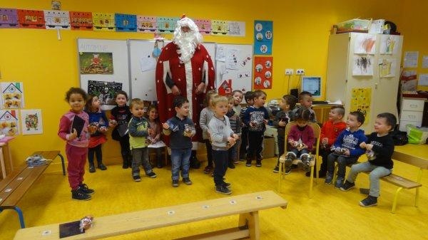 CORAY  : Passage du Père-Noël à l'école de Leurgadoret.(1)