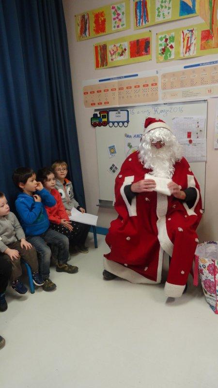 CORAY  : Passage du Père-Noël à l'école de Leurgadoret.(2)