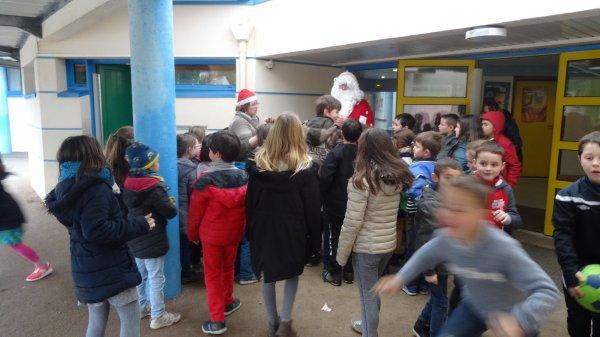 CORAY  : Passage du Père-Noël à l'école de Leurgadoret.(3)