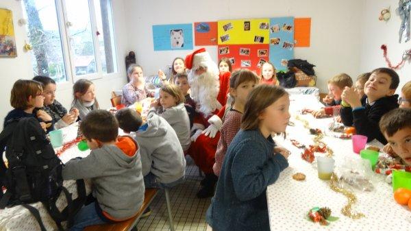 CORAY  : Passage du Père Noël à l'école Notre-Dame des Lumières.