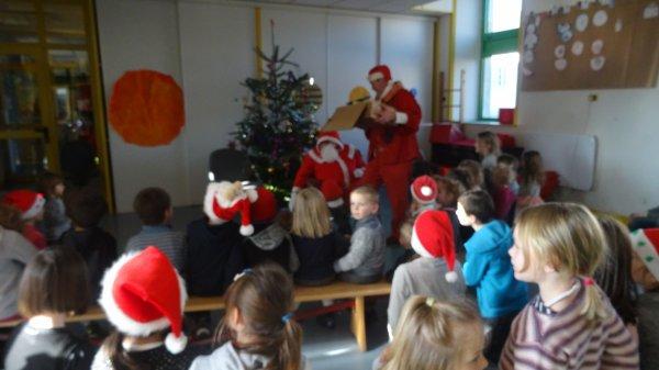 LEUHAN : Le Père-Noël en visite à l'école  (1)