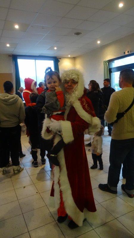 LEUHAN: Le Père-Noël et la Mère-Noël en visite.(1)