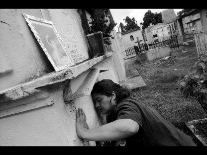 Le « féminicide » dans les républiques « maquiladoras »  L'Amérique centrale - en particulier le Guatemala et le Honduras - est devenue la zone du continent américain la plus touchée par les meurtres crapuleux de femmes de tous âges, situations sociales, professions et niveaux d'études. L'auteur établit un lien entre ces assassinats et le passé de guerre civile dans ces pays, et suggère que le féminicide peut être une politique spécialement conçue pour terroriser celles qui émergent comme actrices de leur propre destin, du changement social et économique, une sorte d'action de dissuasion contre ces femmes qui auraient les velléités de participer à la vie politique, syndicale et/ou culturelle.