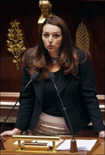 Où va t ' on , la politique devrait être interdite aux femmes ...... encore une qui en a un entre ses c.......