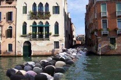 """C ' est peut être """"  LA SOLUTION """" .........à Venise  il n 'y a  pas de mosquée !!!!!! il a des idées"""