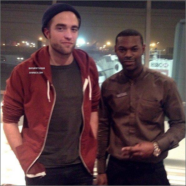 . _05/01/13_ : Un fan a pris une photo avec Robert lorsqu'il est arrivé à l'aéroport JFK de New York. .