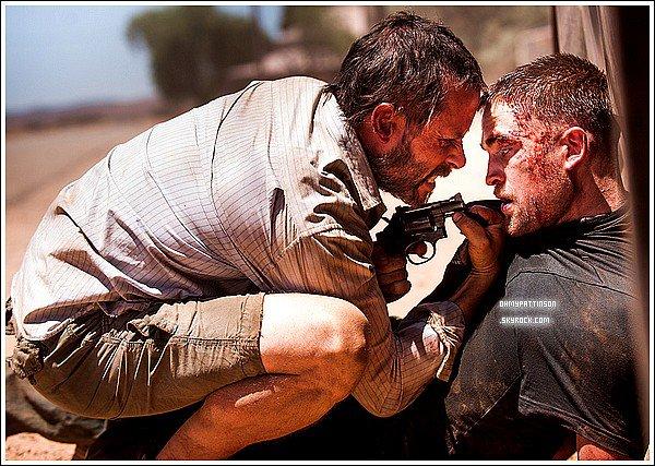 """. ZOOM SUR """"THE ROVER"""" : Robert Pattinson dans un film aux allures Western.Malheureusement, peu d'informations circulent sur le net concernant ce futur film qui sortira normalement en 2014.  . Bref résumé : Guy Pearce interprète le rôle d'Eric. Ayant laissé sa vie derrière lui afin de s'installer au beau milieu d'un désert Australien, il est victime d'agression par un gang qui lui dérobe sa voiture. Il se joindra alors à Reynolds (Robert Pattinson) ancien membre du gang en question._________Qu'en penses-tu ? Hâte de voir la bande annonce ?     ."""