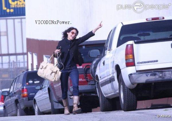 - Lisa Edelstein s'apprête à rejoindre son boyfriend Robert Russell, à Los Angeles. -