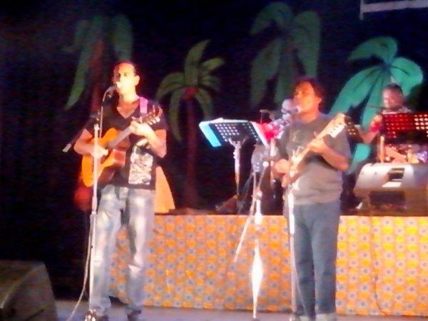 angelo et naho chanteurs polynesien angelo le porte parole de la musique polynesienne!!!!!