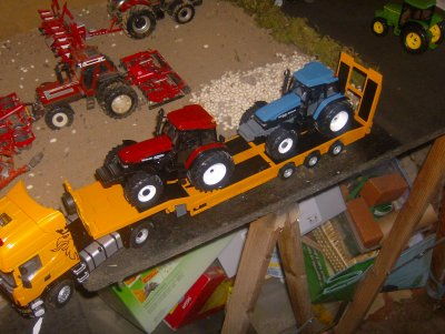 Les deux bo nh sur le camion pour aller a la ferme