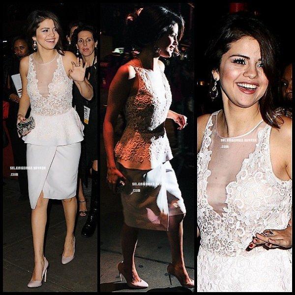 Selena arrive a la soirée glamour
