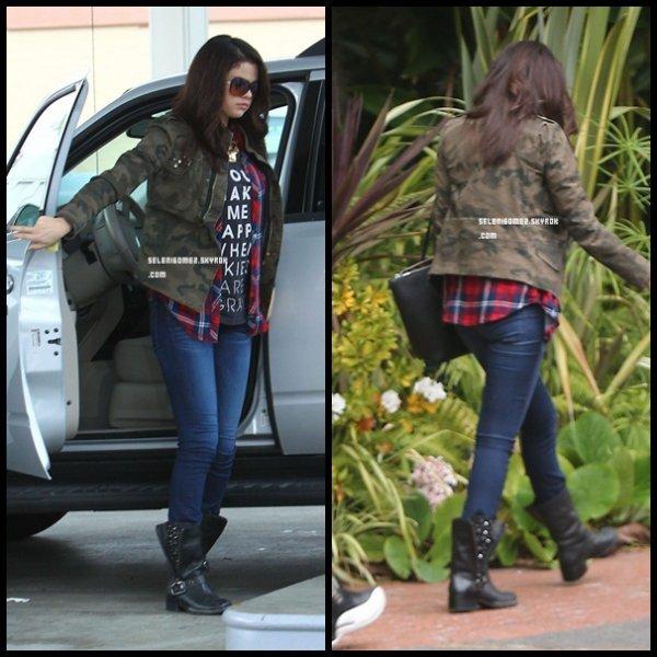 Selena fait le plein a une station d'éssence