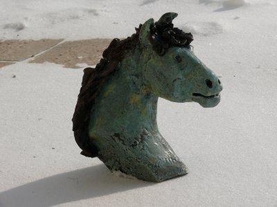 un petit buste de cheval en grès émaillé  meure 13 cm de hauteur cuisson 1000°