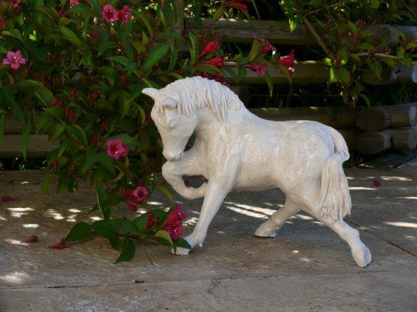 cheval en grès blanc émaillé d'une couverte transparente
