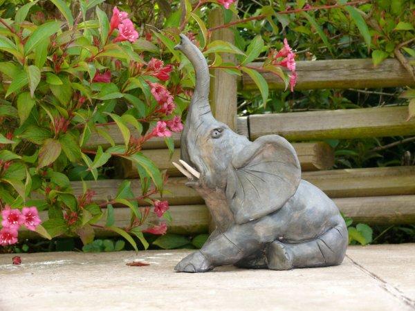 Bébé Elephant en grès patiné