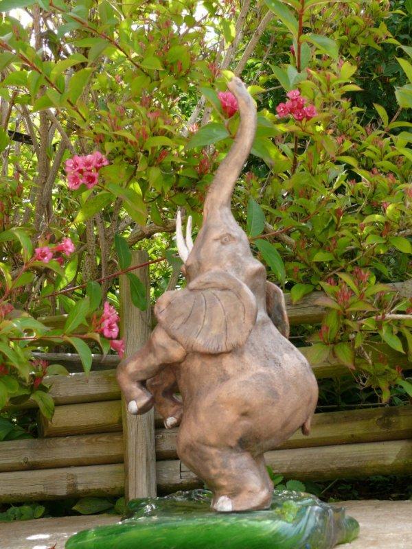 Eléphant en grès patiné aspect cuivré