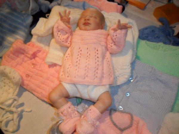 Essayage de layette pour le joli bébé d'Anne-Marie