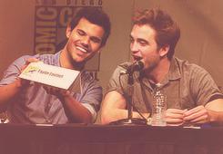 Et toi tu es plutôt cheveux cuivré de Pattinson ou musculature de Lautner ? + Un nouveau still de Breaking Dawn vientd'apparaître.