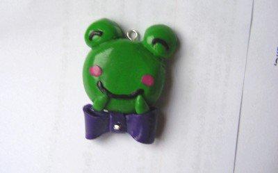 Pendentif, la grenouille et son noeud.