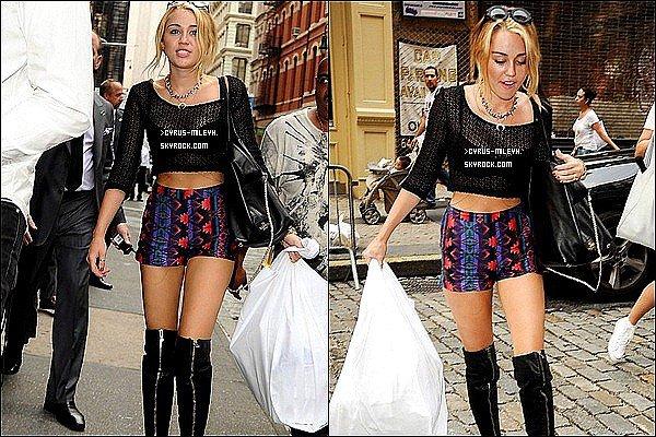 Posté le 24 / 07 /12▬▬ Miley est dorénavant à New York, pour qui, pourquoi on l'ignore, mais elle y est ! Elle a été aperçu, le 23 Juillet, faisant du shopping, on l'a voit d'ailleurs essayé des chaussures !   Que pensez-vous de sa tenue TOP/FLOP/BOF