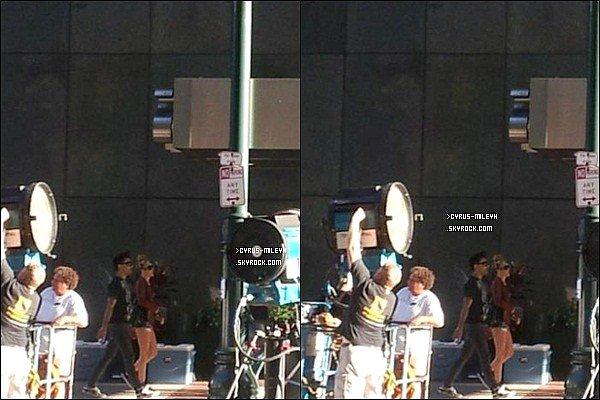 Posté le 26 Juillet 2012 :▬ Miley a été aperçu par des fans de nouveau à Philadelphie, en effet son séjour à New York a été très court et cela concernait son boulot.