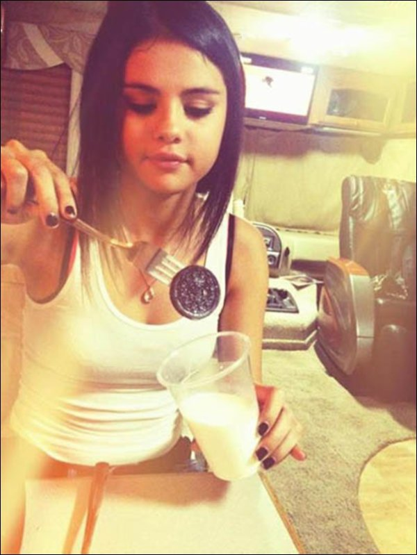 .   Selena has posted a picture on twitter while she was is eating an oreo ! Isn't she cute ?!   .